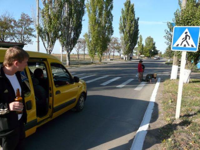 Crossing the road in Ukraine (4 pics)