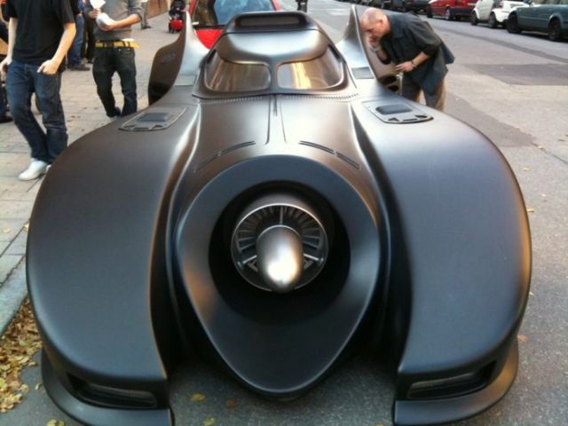 A cool full size Batmobile replica (7 pics + 1 video)