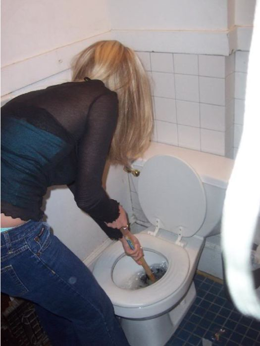 Hot girls unclogging toilets (28 pics)