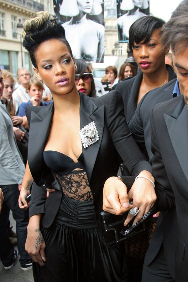 Rihanna in another striking outfit (5 pics)