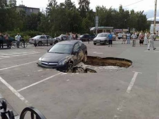A strange accident in a parking lot (9 pics)