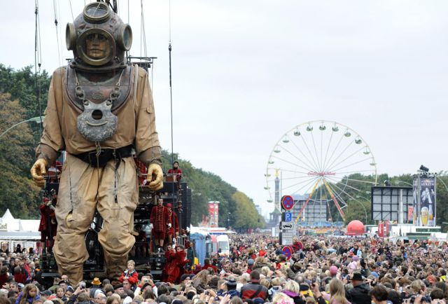 'The Berlin Reunion' by France's Royal de Luxe street theatre company (35 pics)