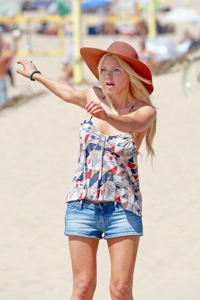Sophie Monk roller-skating at the beach (7 pics)