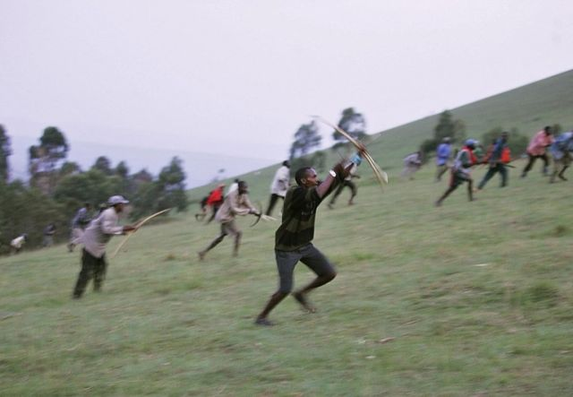 A war with bows and arrows in Kenya (18 pics)