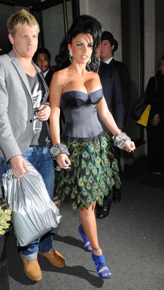 Katie Price's interesting dress (6 pics)