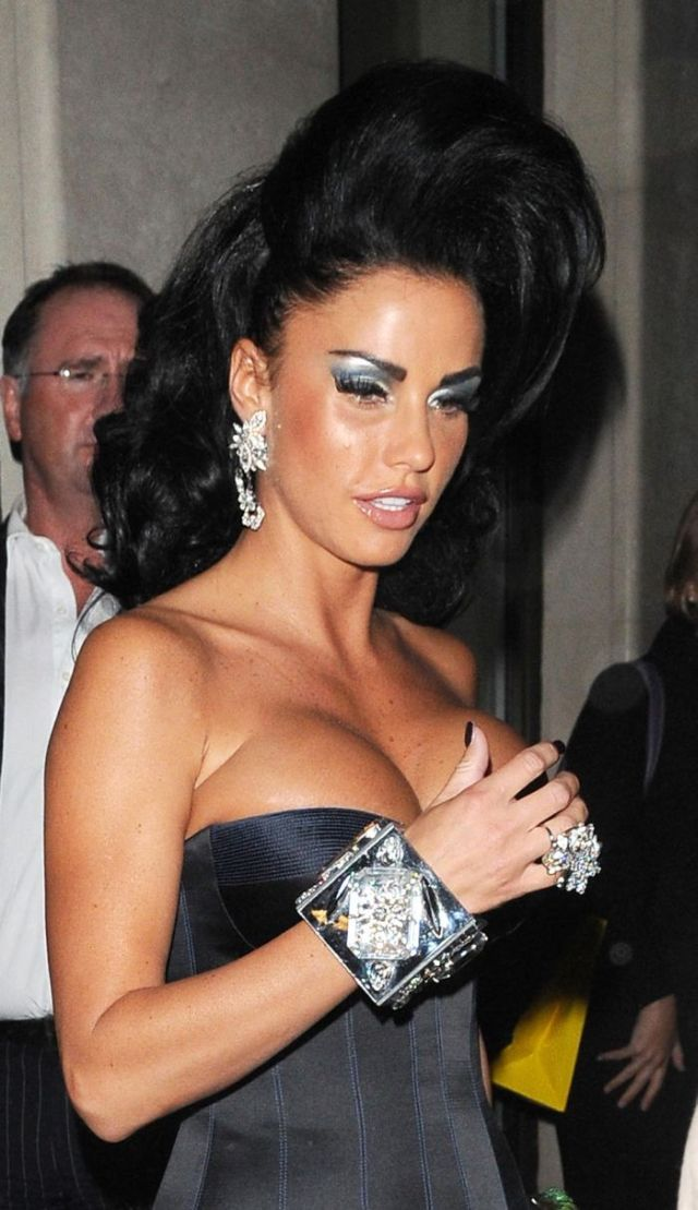 Katie Price's interesting dress (6 pics)