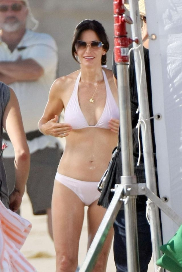 Courteney Cox on a Coujar Town set (8 pics)
