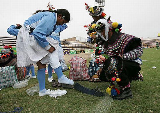 Women's soccer in Peru (12 pics)