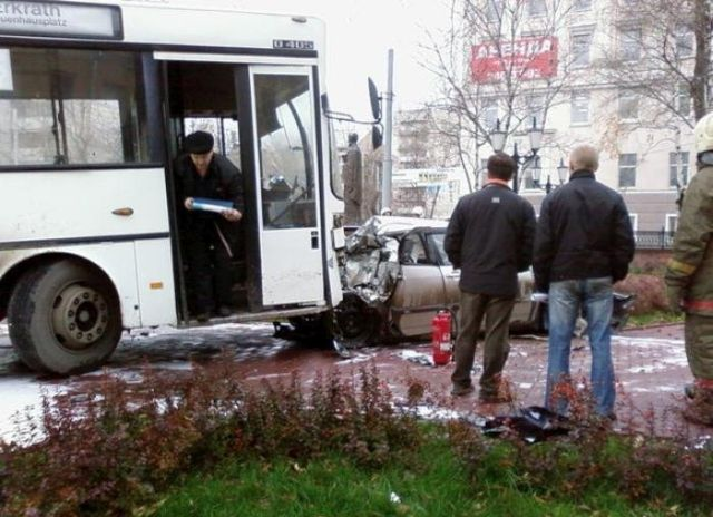A horrible bus accident on the road (19 pics + 2 videos)