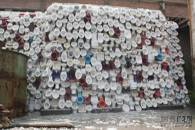 Unusual wall or a toilet art (20 pics)