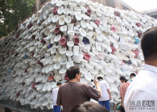 Unusual wall or a toilet art (20 pics)