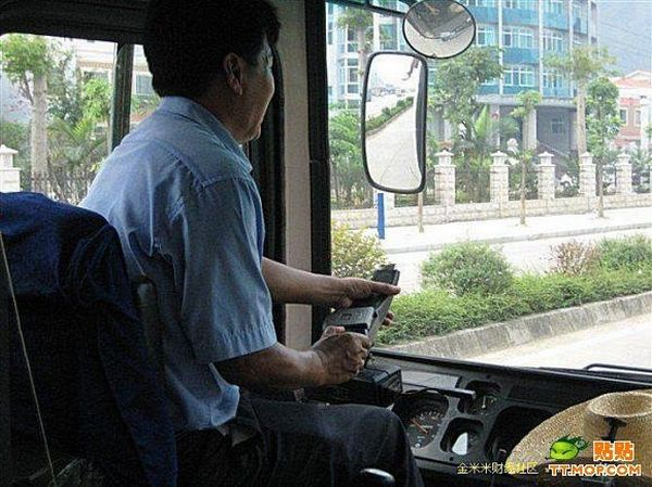 Chinese bus driver has his own way to drive! (6 pics)