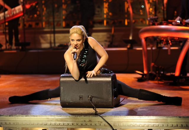 Shakira on SNL (8 pics)