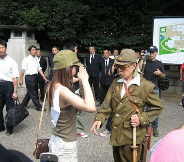 Awkward Situation Between a Veteran and a Girl (4 pics)