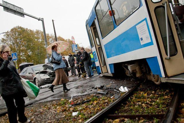Tram vs Volkswagen Phaeton (7 pics)
