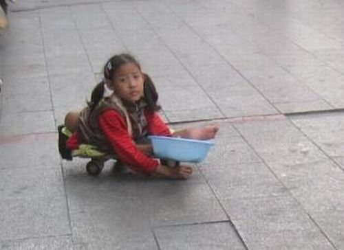 Little Chinese Girl Begging in the Street (6 pics)