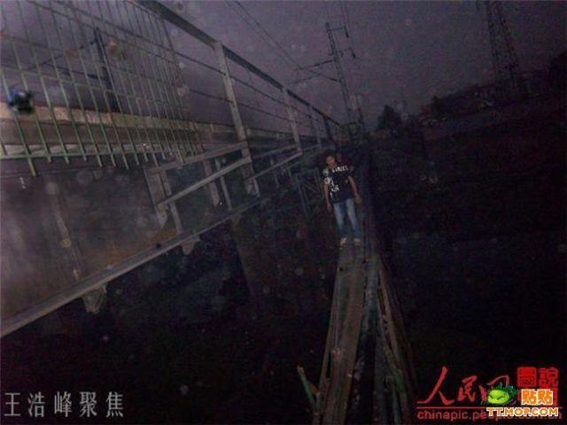 Dangerous Bridge (15 pics)