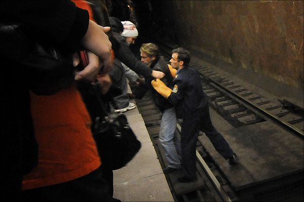 Suicidal Person in the Subway (5 pics)