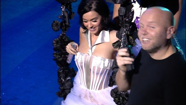 Katy Perry is Having Problems with Her Dress (11 pics)