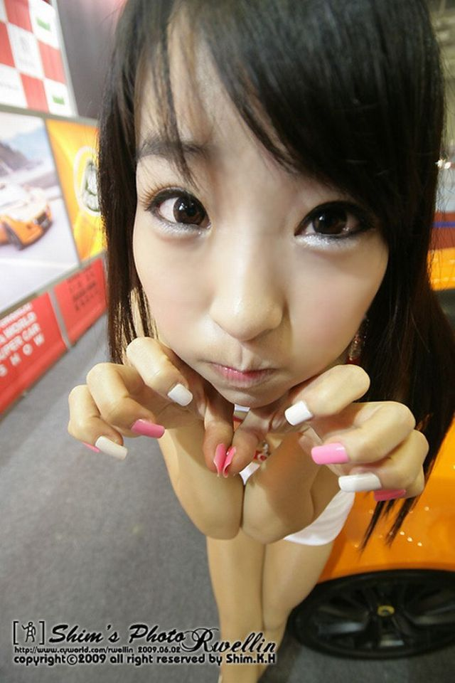 Cute Asian Girls and their 'Claws' (14 pics)