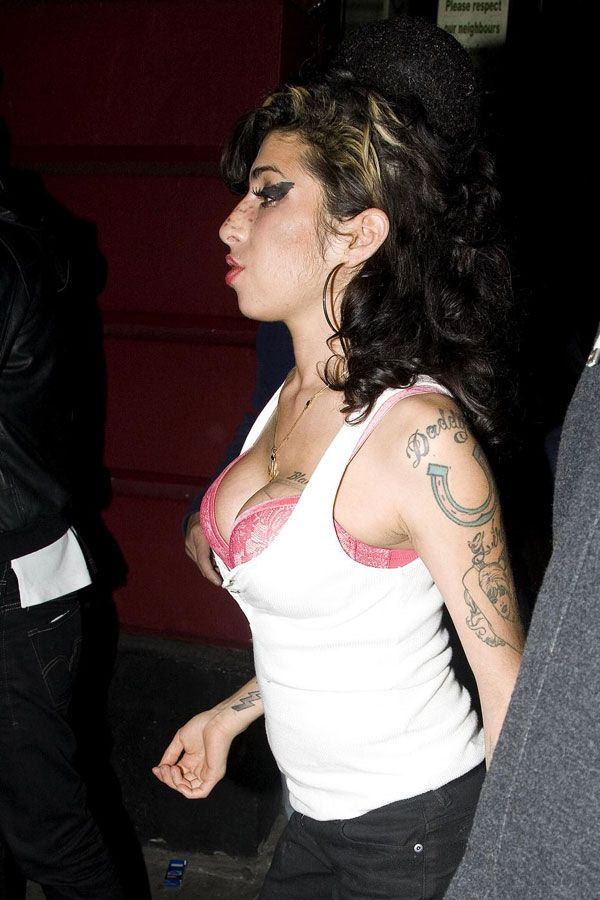 Amy Winehouse Has a Nice Cleavage (10 pics)