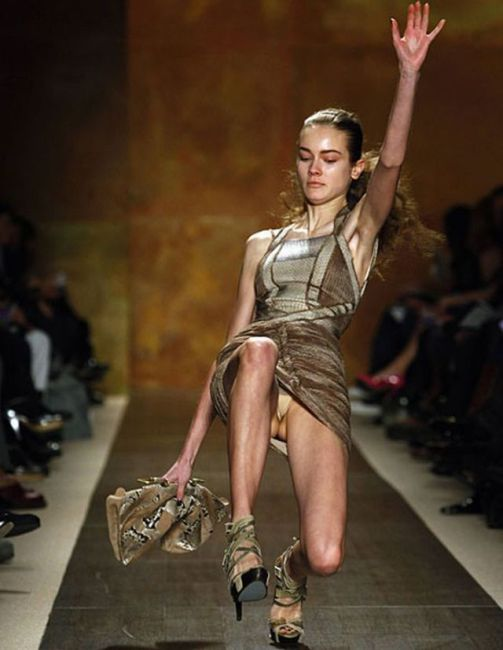 Catwalk Fails – When Models fall (26 pics)