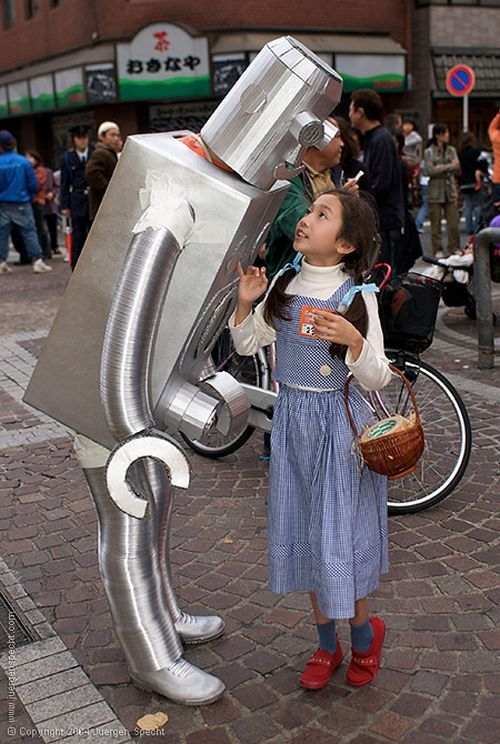 Strange Robot in the City Streets (7 pics)
