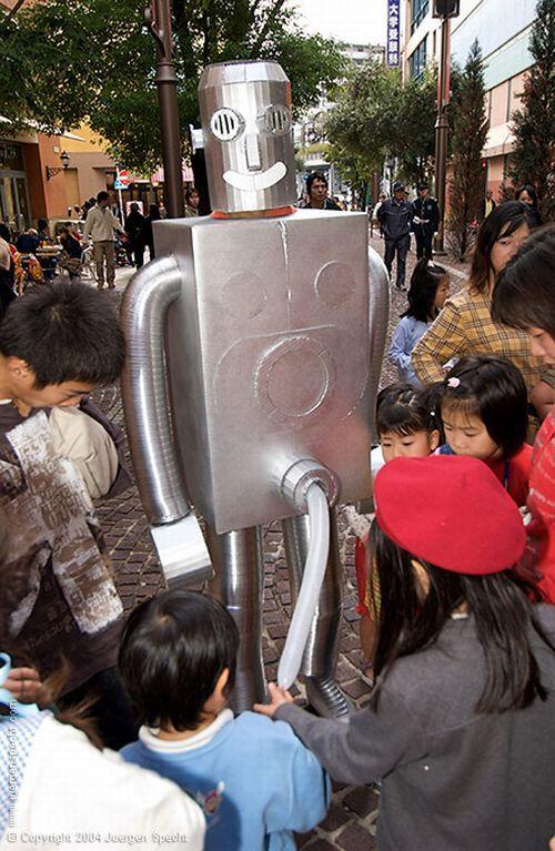 Strange Robot in the City Streets (7 pics)