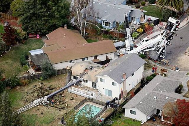 45-Ton Crane Smashes a House (6 pics + 1 video)