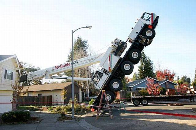 45-Ton Crane Smashes a House (6 pics + 1 video)