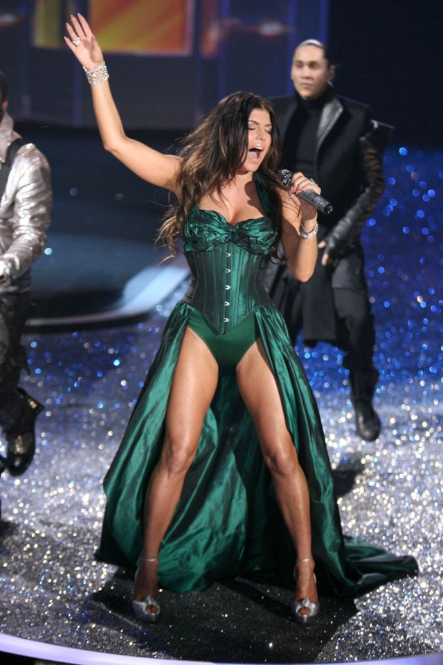Fergie Looks Gorgeous While Performing (9 pics)