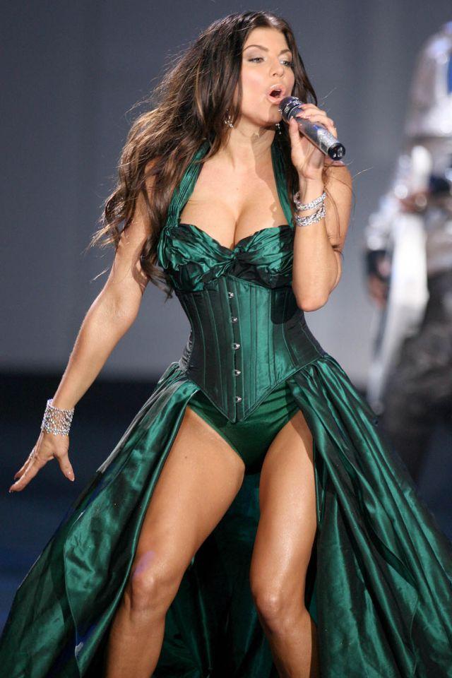 Fergie Looks Gorgeous While Performing (9 pics) - Izismile.com