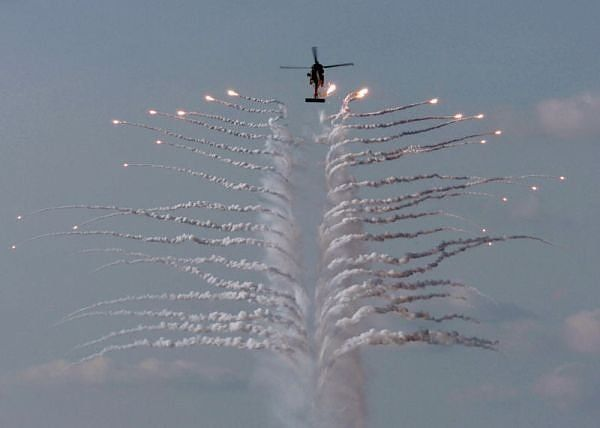 Decoy Flares can Be Beautiful (14 pics)