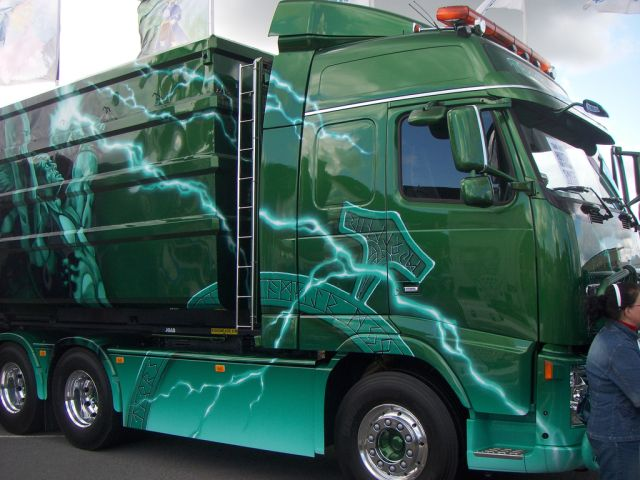 Amazing Aerography on Power Trucks (30 pics)