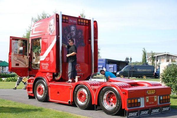 Amazing Aerography on Power Trucks (30 pics)