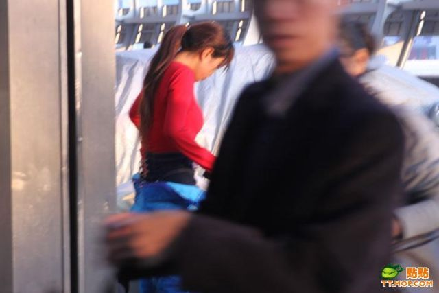 A Pretty Chinese Girl is Going to Work (8 pics)