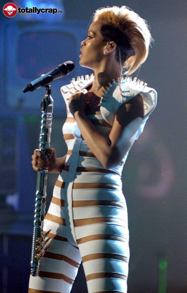 http://img.izismile.com/img/img2/20091127/rihanna_outfit_07.jpg