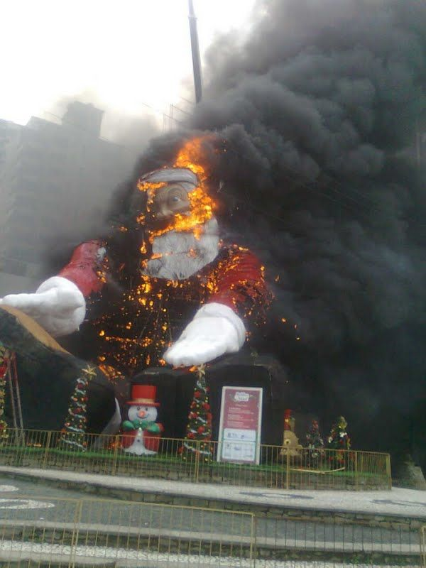 Giant Santa on Fire (9 pics)