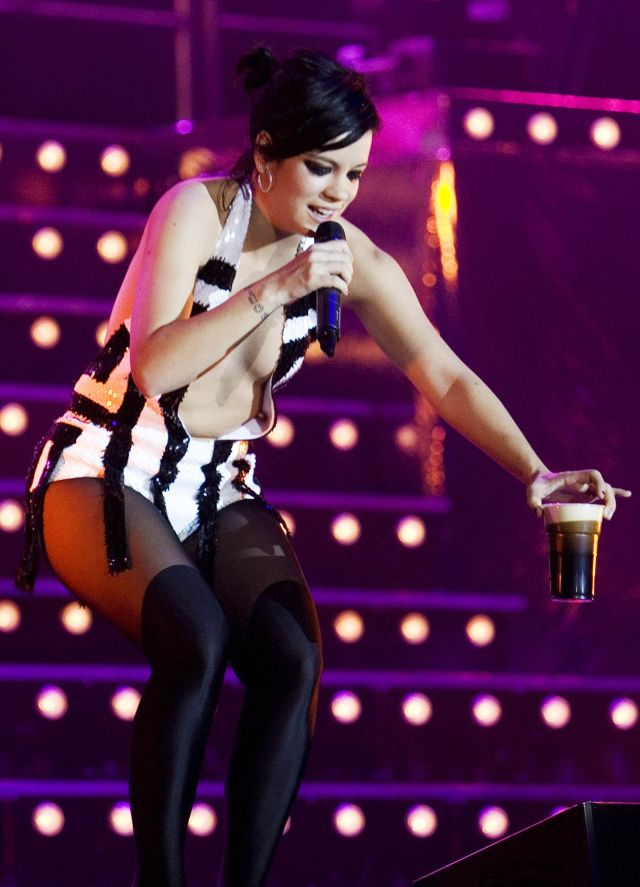 Lily Allen with a Drink During Performance (9 pics)