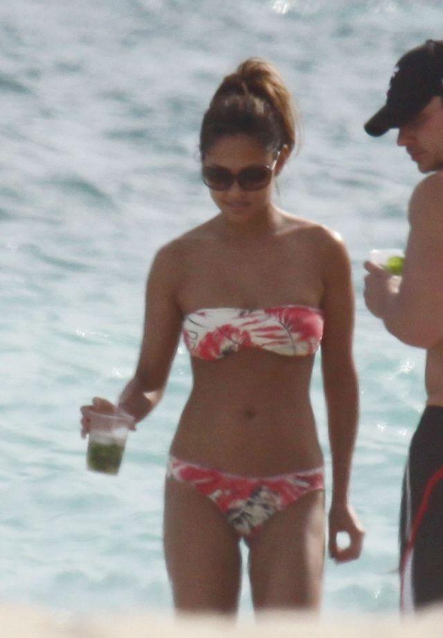 Vanessa Minnillo in Bikini (9 pics)