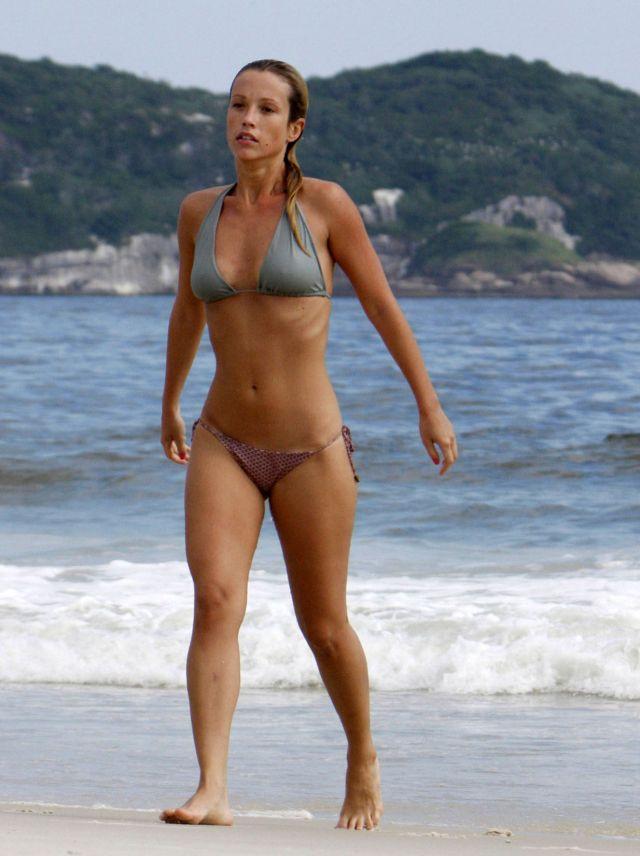 Juliana Didone Bikini Pictures (8 pics)