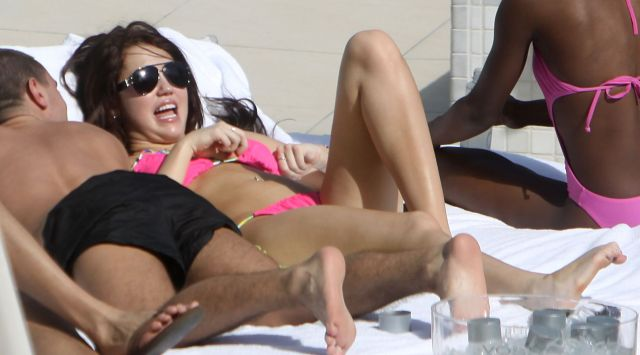 Miley Cyrus Bikini Pictures (14 pics)