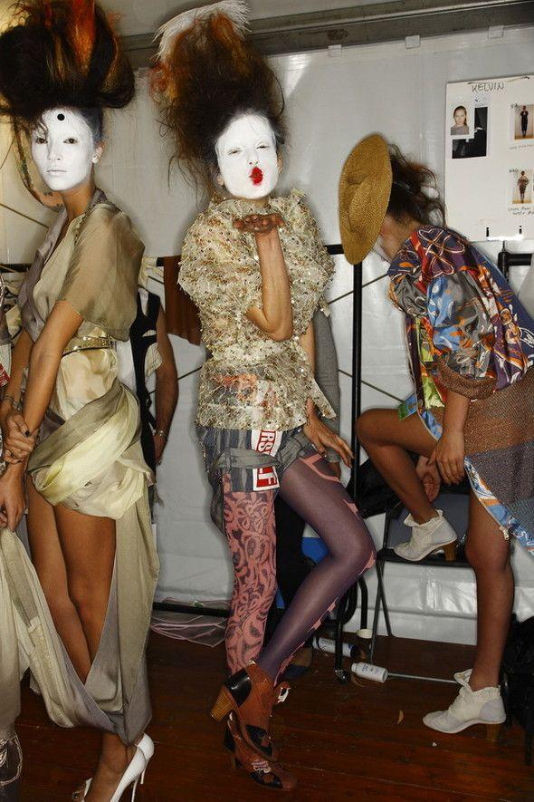 Models Behind the Scenes (19 pics)