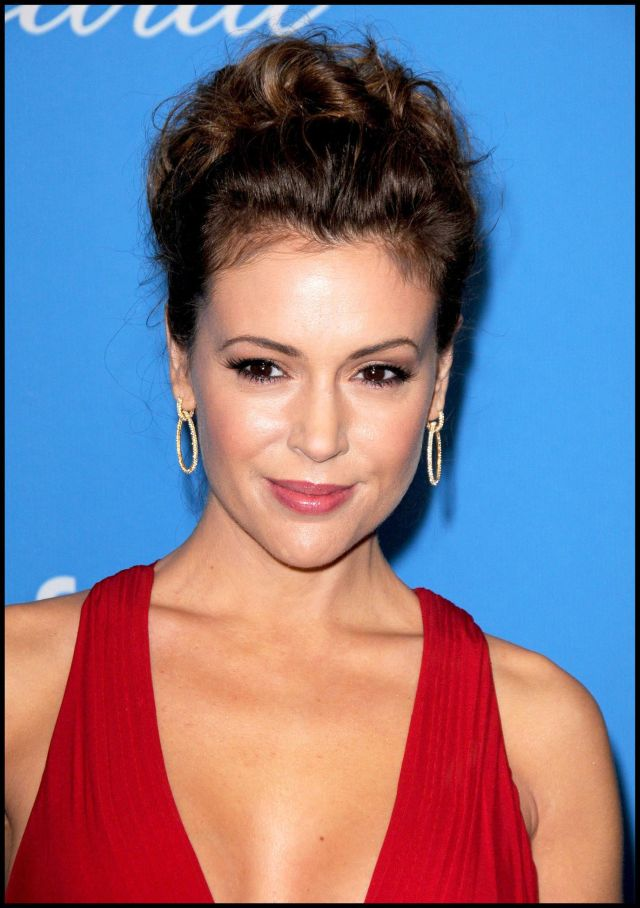 Beautiful Lady in Red Alyssa Milano (6 pics)