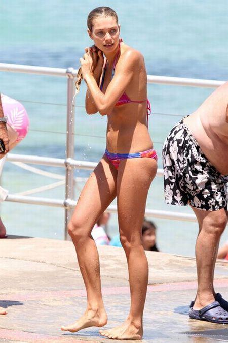 Australian Model Jessica Hart Bikini pictures (12 pics)