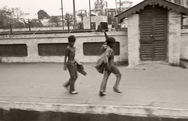Indian Kids Begging in Trains (22 pics)