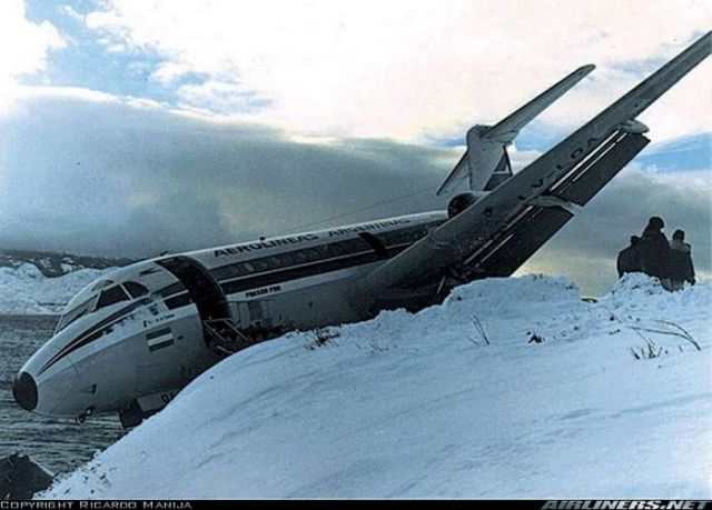 Close Shave for an Airliner (3 pics)