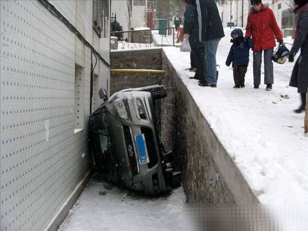Victim of a Slippery Road (5 pics)