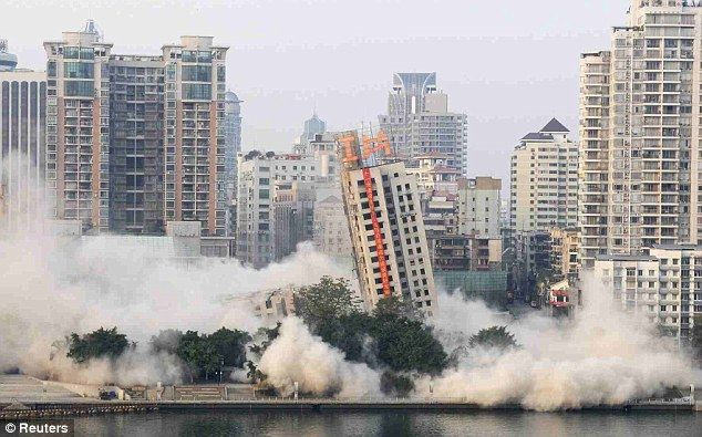 Chinese Failed Demolition Creates the Leaning Tower of Liuzhou! (6 pics + 1 video)