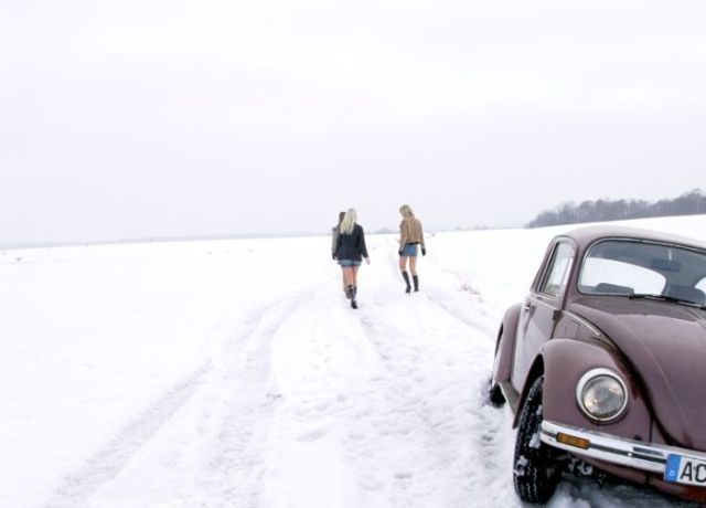 Pretty Girls Stuck in Snowy Roads (34 pics)